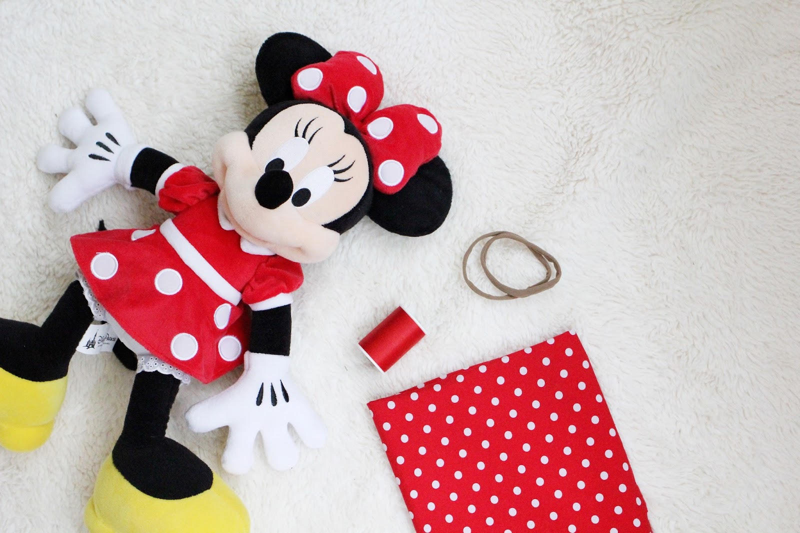 DIY Minnie Mouse Hair Bow · The Girl in the Red Shoes